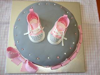 Vista cenital tarta converse bebé