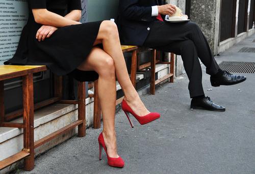 zapatos rojos para vestido azul marino