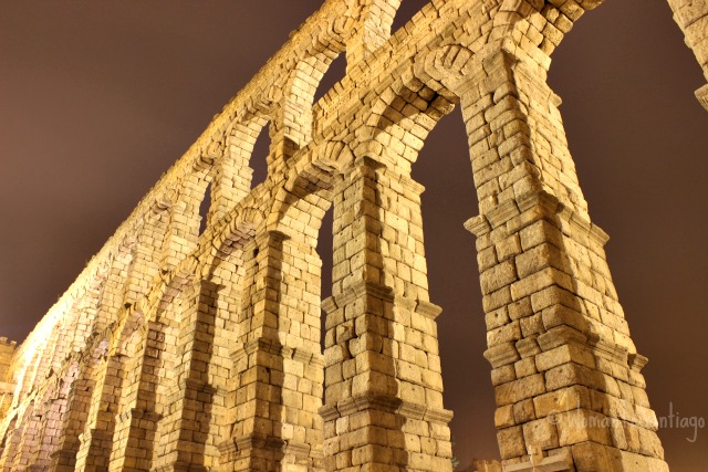 foto acueducto de noche