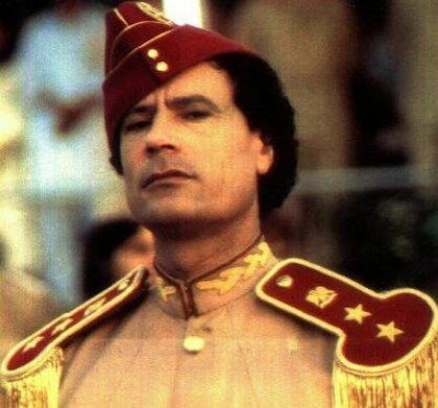 Foto de Muamar El Gadafi vestido de militar