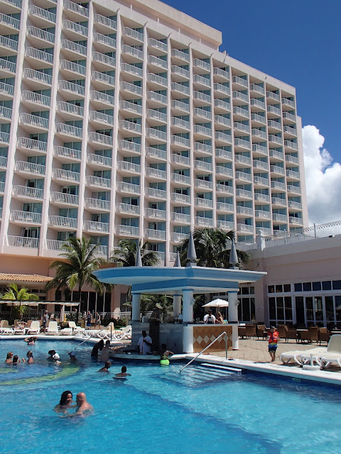 RIU Palace swim up bar