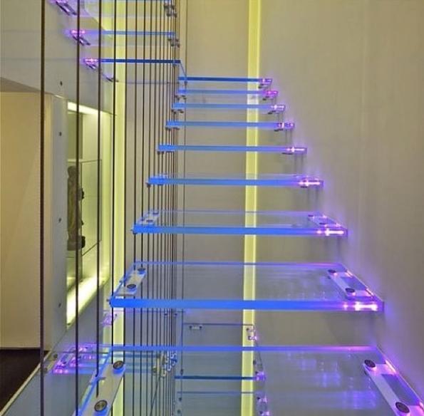 el diseo presentado es de una escaleras unida a la pared y est siendo soportado por cordones finos que le dan estabilidad mientras que tambin sirve