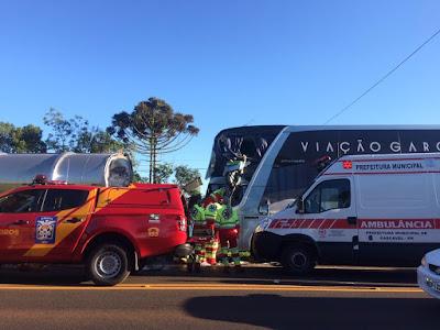 Acidente entre ônibus e caminhão-tanque deixa feridos