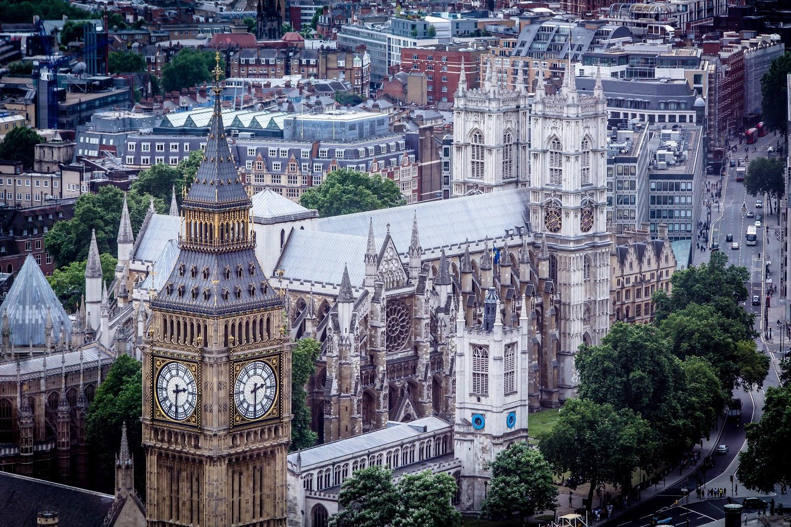 ロンドンの時計台(ビッグベン)付近の爽やかな町並み