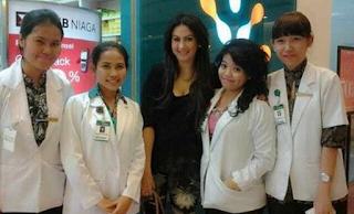 Foto Diana Pungky bersama Dokter di Andaru Spa Cirebon