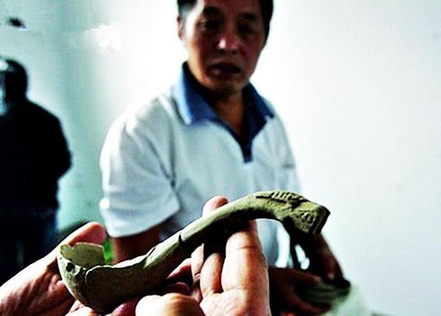 ช้อนสลักลายรูปมังกร ที่พบในสุสานโจโฉ ลายรูปมังกรนี้เป็นสัญลักษณ์บ่งชี้ตัวตนผู้ใช้ มีสถานภาพกษัตริย์ราชา (อ๋อง)