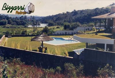 Construção da piscina em alvenaria com o piso da passeio com pedra São Tomé com execução dos muros de arrimo com pedra com até 7 m de altura para que a piscina ficasse no mesmo nível da residência.