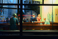 El cafe se siente cálido en medio de la intensidad urbana