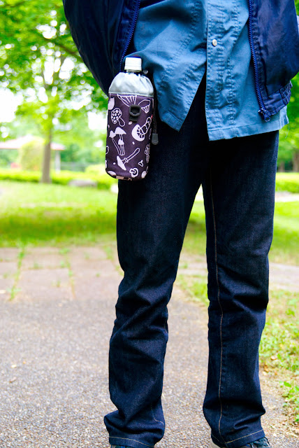 ボトルクリップをポケット部分に装着。モデル:父