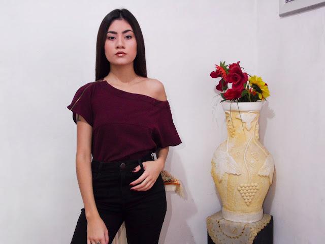 Calça preta de cintura alta e blusa estruturada