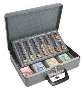 Ahorro de dinero. Alcancía metálica con dinero en forma de maletín
