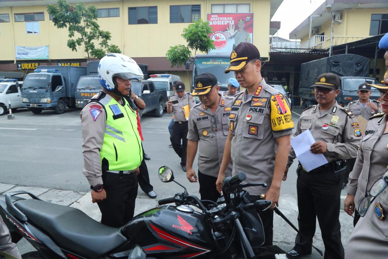 CEK:Kapolrestabes Medan Kombes Pol Dr Dadang Hartanto,SH,SIK,MSi pimpin apel dan cek kendaraan dinas roda dua untuk kesiapan Pemilu.