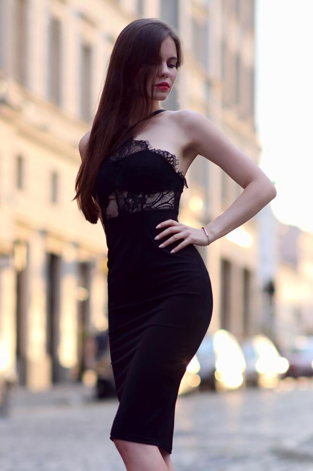 Czarna koronkowa sukienka midi i lakierowane szpilki z czubkiem