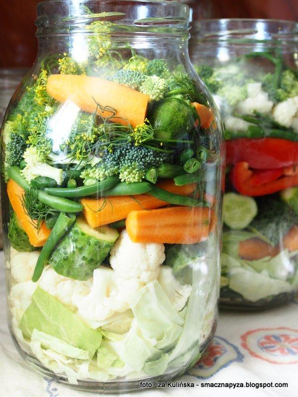 sloj z kolorowa kiszonka, kiszone warzywa w sloiku, mieszanka kiszonych warzyw, kolorowe jarzyny kiszone, kisimy w domu, kiszenie jest latwe