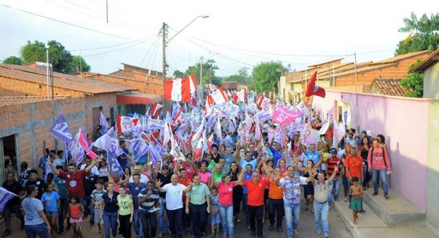 """Rosângela recebe o carinho da comunidade durante """"Arrastão do 12"""" no Pq. Amazonas/João Castelo"""