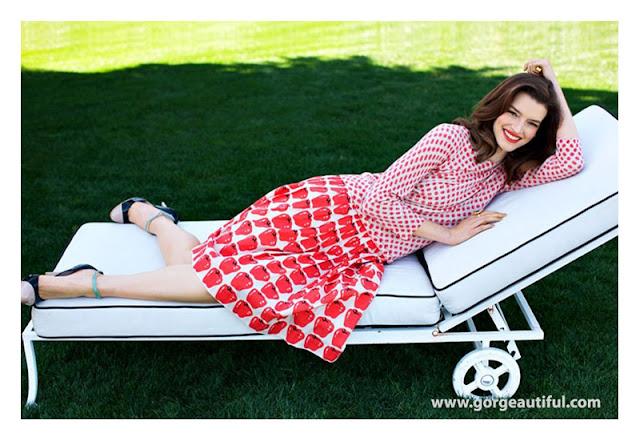 Сочетание юбки с фруктовым принтом с топом в горошек