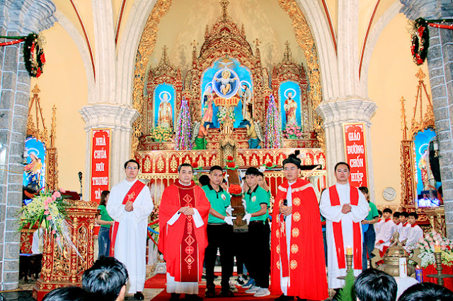 Đền thánh Kiên Lao đón Thánh Giá và mừng Giáng sinh