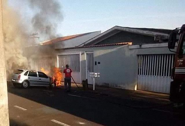 Bombeiro apaga o fogo do carro que levava a teca, Paróquia Santa Rita de Cássia, Franca - SP.