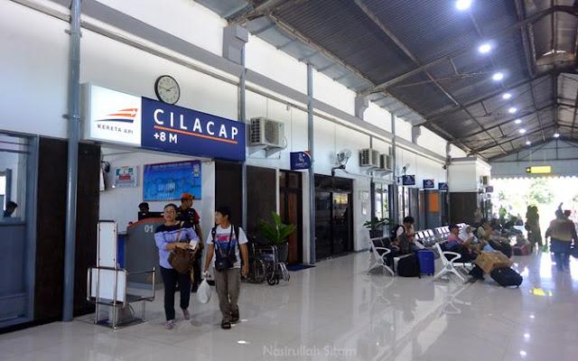 Suasana di Stasiun Kota Cilacap kala siang cukup ramai