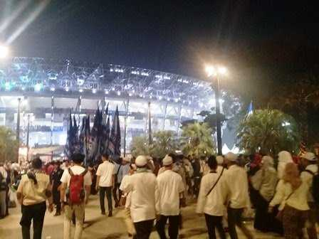 Massa Baju Putih Padati GBK, Bendera Partai dan Buruh Berkibar Dukung Prabowo-Sandi