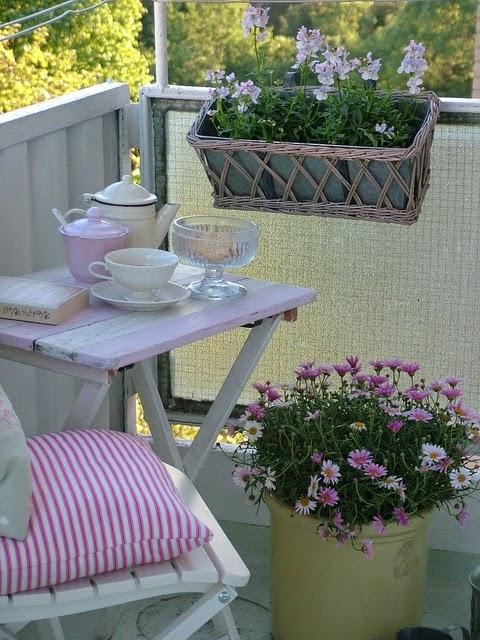 Decoraci n de terraza peque a colores en casa for Mesas para terrazas pequenas