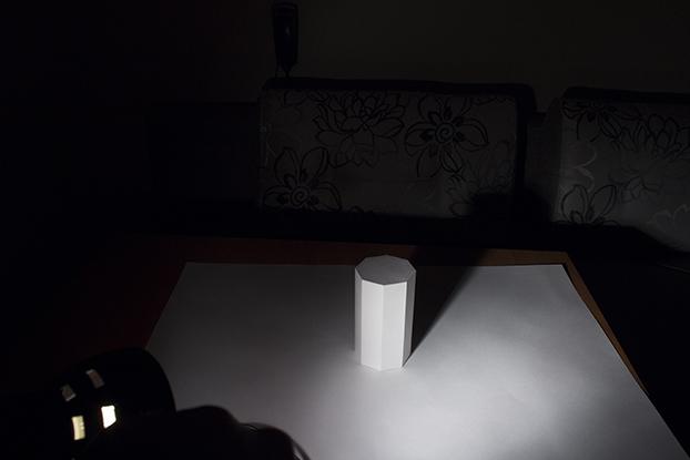 20-как-лампа-освещает-призму