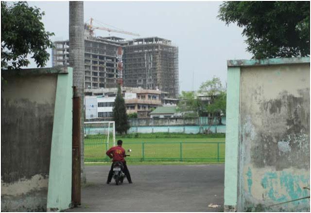 """Stadion Sepak Bola """"Kebun Bunga Medan"""" Terjepit di antara Gedung Pencakar Langit"""