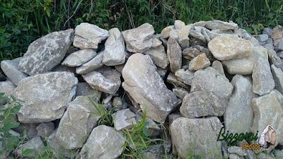 Pedra moledo para construção de pórtico de pedra com espessura de 20 cm a 30 cm.