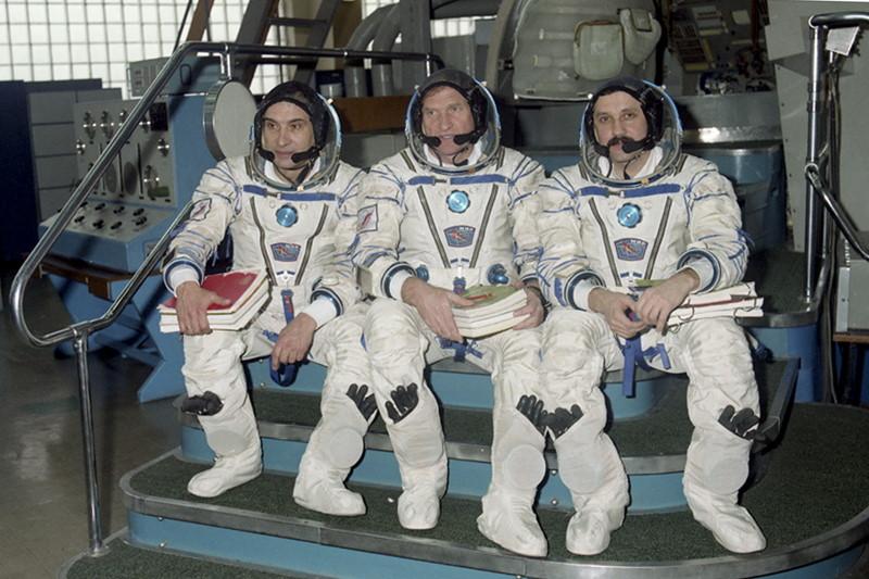 Book Junkie: Soyuz TM-18 launc...