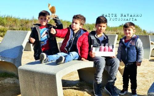 Niños con la caja de picnic, aviones de papel y de cartón