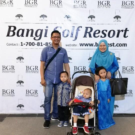 """IFTAR SESAMA 2019 BUKA PUASA BUFFET RAMADAN DI BANGI GOLF RESORT - Assalamualaikum dan selamat sejahtera semua, boleh di katakan setiap tahun selama 4x Ramadan kami sekeluarga WAJIB iftar dan berbuka puasa bersama-sama di Bangi Golf Resort. Dan, ramai pulak tu, yang dah sesiap tanya tentang IFTAR SESAMA 2019 BUKA PUASA BUFFET RAMADAN DI BANGI GOLF RESORT. Sabar na...mummy baru je selesai majlis preview IFTAR SESAMA 2019 BUKA PUASA BUFFET RAMADAN DI BANGI GOLF RESORT.    IFTAR SESAMA 2019 BUKA PUASA BUFFET RAMADAN DI BANGI GOLF RESORT    IFTAR SESAMA 2019 BUKA PUASA RAMADAN DI BANGI GOLF RESORT. Ngam-ngam, mummy letak gambar kami di media sosial dan status whatsApp. Terus ada yang PM DM mummy tanya harga IFTAR SESAMA 2019 BUKA PUASA RAMADAN DI BANGI GOLF RESORT. Mummy pun dah teaser video kat Whatsapp mengatakan bahawa BANGI GOLF RESORT ini antara tempat mampu milik untuk IFTAR SESAMA 2019 BUKA PUASA RAMADAN DI BANGI GOLF RESORT.  Tarikan utama buat pengunjung untuk IFTAR SESAMA 2019 BUKA PUASA RAMADAN DI BANGI GOLF RESORT sudah tentu seleksi buffet dengan lebih 200 jenis makanan daripada hidangan tradisional Melayu yang membangkitkan kenangan masakan ibu di kampung khususunya bagi masakan Melayu dan tradisional. Bahan mentah yang digunakan ditanam sendiri dengan menggunakan konsep """"Kebun dalam Bandar"""" seterusnya menjadikan ianya istimewa. 5 SEBAB KAMI MEMILIH IFTAR SESAMA 2019 BUKA PUASA RAMADAN DI BANGI GOLF RESORT.     Bangi Golf Resort antara tempat WAJIB kami singgah untuk IFTAR SESAMA 2019 BUKA PUASA RAMADAN DI BANGI GOLF RESORT. Kenapa? Sebab apa? Jom baca 5 SEBAB KAMI MEMILIH IFTAR SESAMA 2019 BUKA PUASA RAMADAN DI BANGI GOLF RESORT.  Sebab pertama, BANGI GOLF RESORT ini tak jauh dari rumah kami di Kajang tu ha dalam 10 minit pun boleh sampai dah ! Kalau jalan tak jem lah ! Biasanya bulan Ramadan tu akan jem sebelum berbuka puasa, kalau dah dekat-dekat nak buka tu...kebiasaannya tak jem mana pun ! Sebab tu, kami suka datang dekat-dekat waktu buka atau dah ber"""