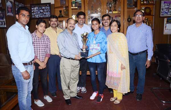 अग्रवाल कॉलेज में सॉफ्टबॉल खिलाड़ी पूजा हुड्डा का जोरदार स्वागत