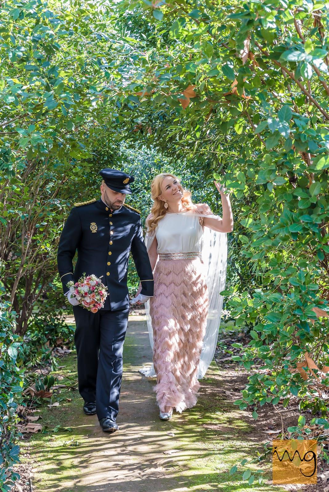 Fotografía de boda. Recién casados paseando por los jardines