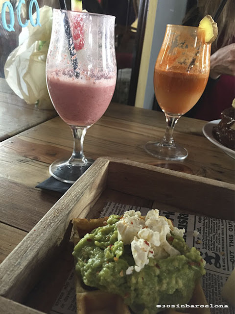 Juices and avocado waffle in Alsur cafe, born