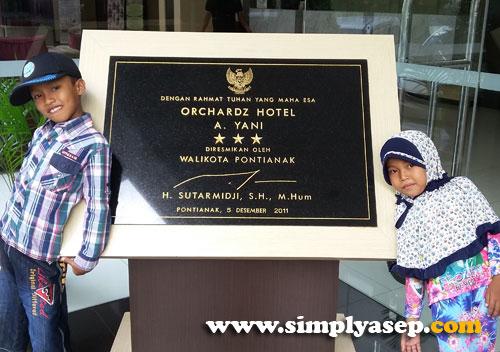 PRASASTI :  Hotel Orchardz Pontianak ini diresmikan oleh Bapak Walikota Pontianak H.Sutarmidji SH,M.Hum pada tanggal 5 Desember 2011. Itu foto anak anak saya  Kiri Abbie yang berultah. dan kanan adiknya Tazkia Foto Asep Haryono