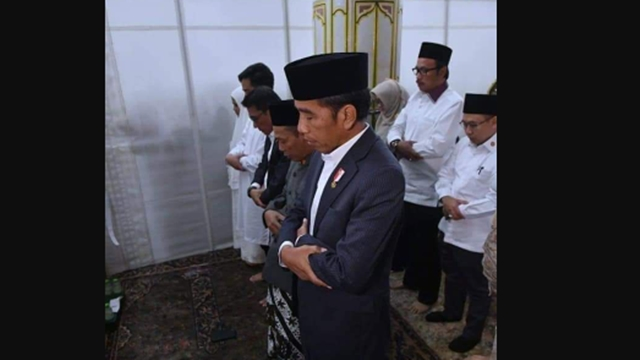 Shaf Sholat Jokowi Campur Laki-laki Perempuan, Cebong Gak Protes?