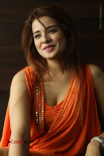 Actress Saloni Aswani Pos in Short Dress at Meelo Evaru Koteeswarudu Movie Interview  0197.JPG