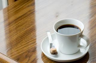 テーブルの上のコーヒー。スプーンの上には角砂糖