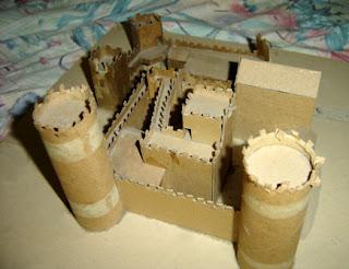 Castillo hecho con cartón reciclado para tarea de la escuela