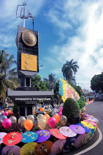 Tugu Adipura dihiasi ribuan payung geulis.