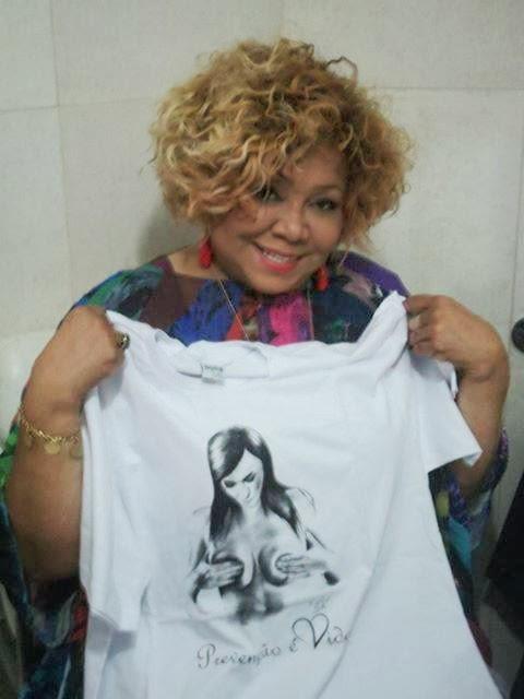 A cantora Alcione recebendo de presente a camiseta , cuja estampa e uma criaçao de Reginaldo Carlos, artista plástico que recebe o apoio da R.F.E.C.C.PE