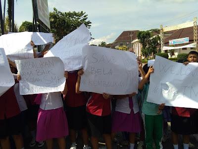 Tidak Mau Guru Mereka di Tahan,Puluhan Siswa/i Bintang Timur Demo Polres Siantar