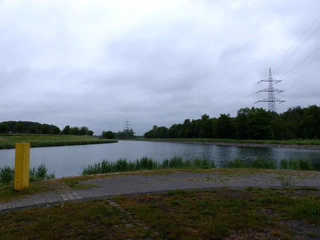 Schleusenpark Waltrop Ruhrgebiet Ruhrpott Hunderunde wandern Kanal Wasser Nachdenklich graue Wolkendecke Industrie