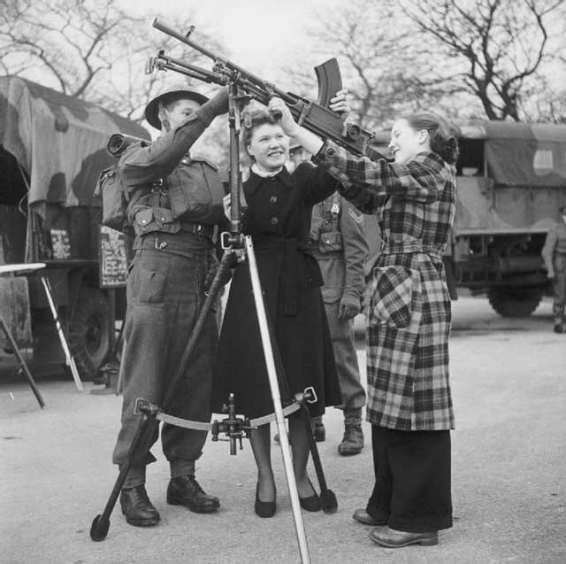 Showing some factory workers a Bren gun on 19 January 1942 worldwartwo.filminepctor.com