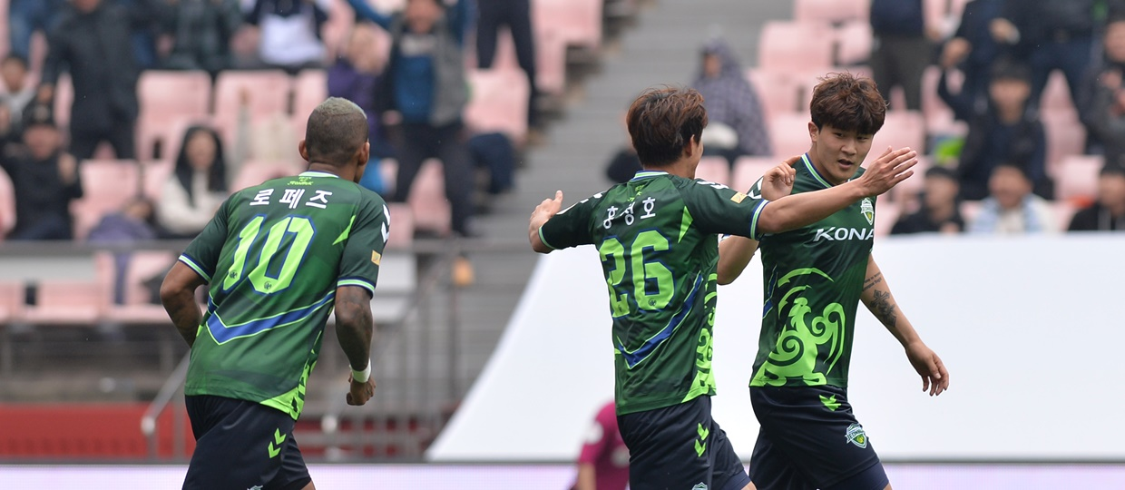 Kim Min-jae celebrates scoring the opening goal for Jeonbuk in their K League 1 clash against FC Seoul