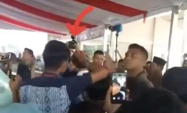 Kejadian Lagi! Warga Pose Dua Jari Saat Selfie dengan Jokowi, Lihat Reaksi Paspampres