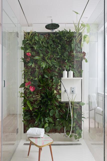 Plantas dentro do banheiro de forma diferentes. Blog Achados de Decoração
