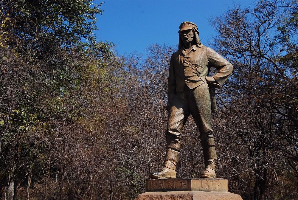 Il s'agit d'une statue de David Livingstone, l'explorateur européen qui a donné son nom aux chutes, lors de sa « redécouverte » en 1855.