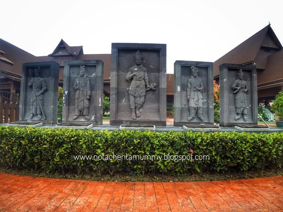 Hang Tuah Centre Yang Terletak Di Perkampungan Duyong Melaka Mempunyai 6 Buah Bangunan Iaitu Pusat Rumah Lekir