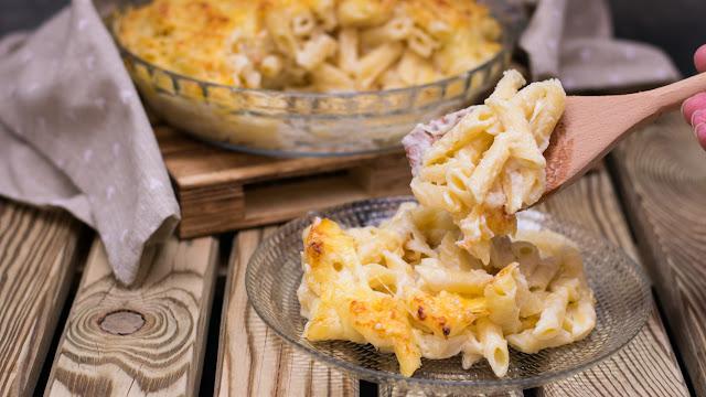Macarrones gratinados con bechamel y queso